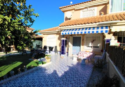 Orihuela Costa, dům 4+1 s větším pozemkem na atraktivním místě!