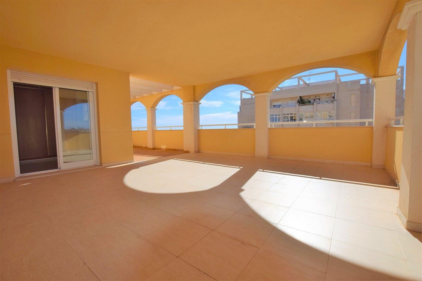 Nový slunný byt 3+1 v krásném zeleném komplexu s bazénem